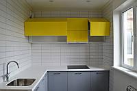 Стильная желто-серая кухня в стиле хай-тек