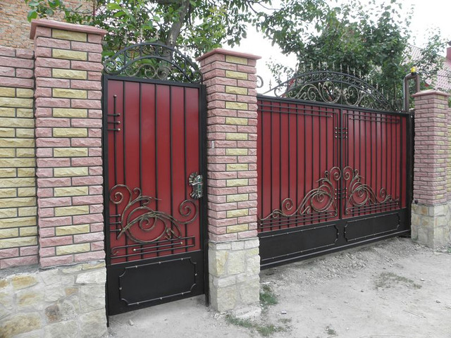 Распашные ворота с калиткой отдельностоящей