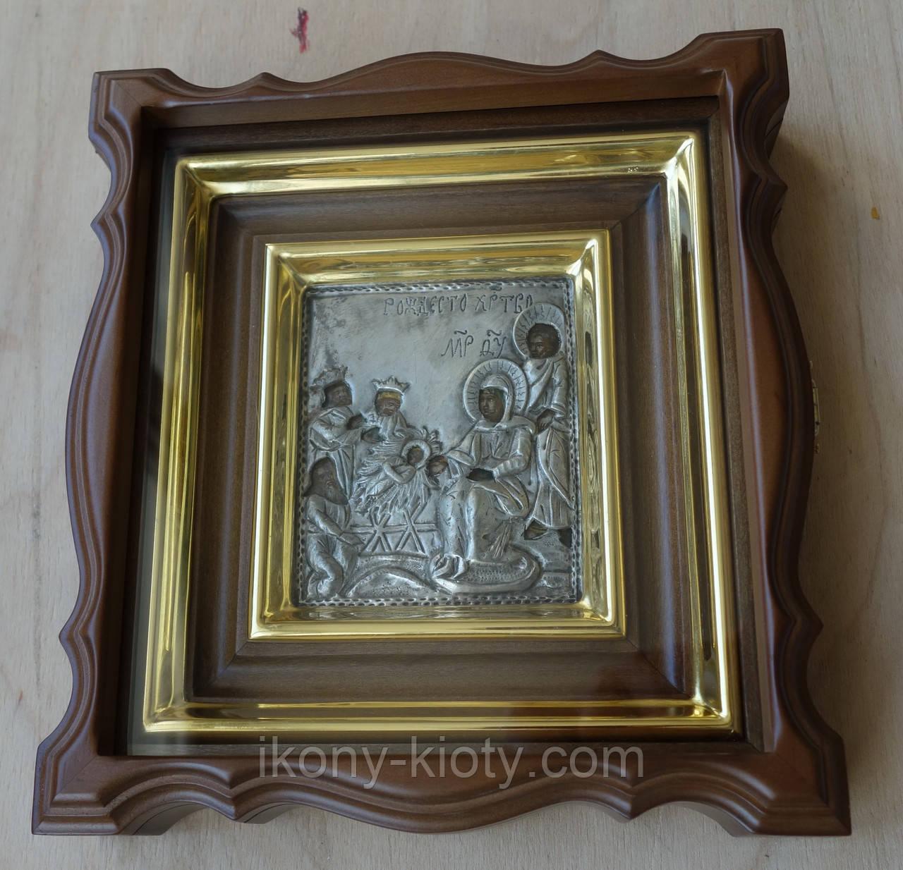 Миниатюрный фигурный киот с деревянной внутренней рамкой и золочёными штапиками для старинной иконы с окладом.