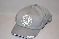 """Мужская бейсболка с автологотипом """"Skoda"""" серого цвета (плащевка точка)."""