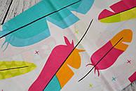 Лоскут ткани №183 разноцветные пёрышки на белой ткани