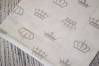 Лоскут ткани №179а с серыми коронами на белом фоне