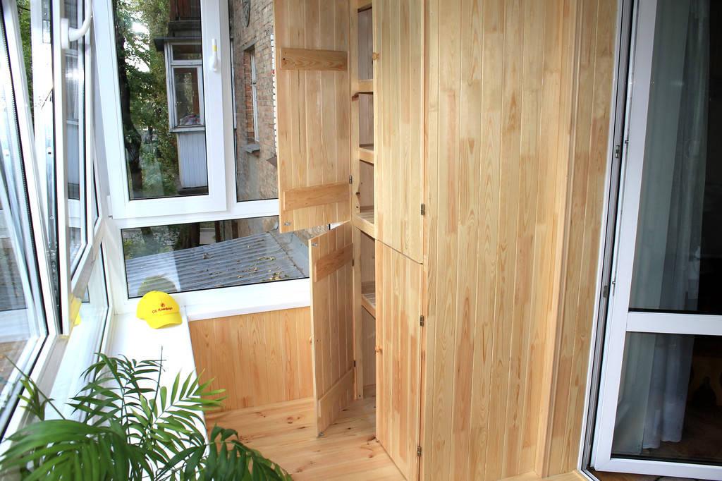 Для удобства пользования и хранения вещей балкон был оборудован встроенным деревянным шкафом.