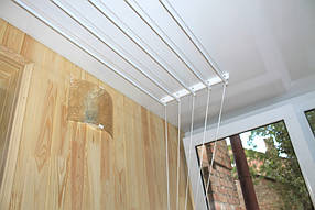 И конечно же, незаменимая вещь на балконе - потолочная бельевая сушилка.