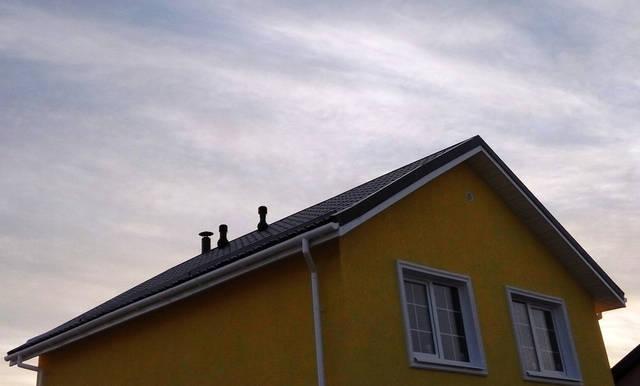 Вытяжные вентиляторы для дома установлены на крыше. В доме тихо и комфортно.