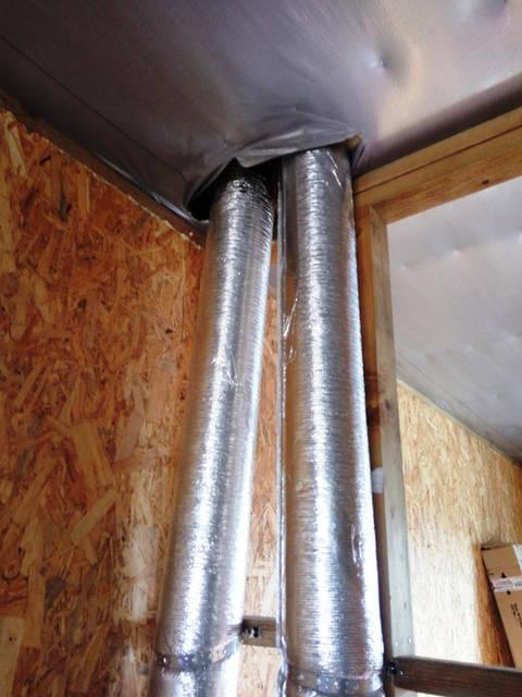 Вентиляционные каналы утеплены и выходят на чердак  дома. Воздушные каналы подведены к вытяжным вентиляторам, которые установлены на крыше.