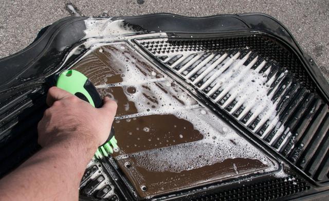 как помыть резиновые коврики в авто