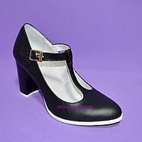 Женские классические черные кожаные туфли на высоком каблуке.