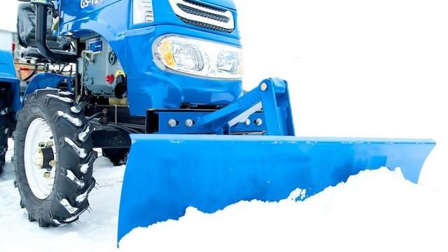 Минитрактор убирает снег