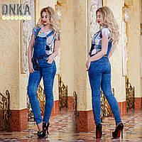 Женский джинсовый комбинезон с карманами