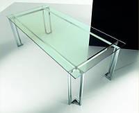 Стеклянный стол с прозрачной столешницей.
