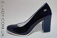 Синие туфли на маленьком устойчиом каблуке натуральный лак