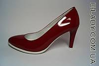 Красные туфли на маленьком на шпильке натуральный лак