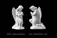 Скульптура ангела на коленях