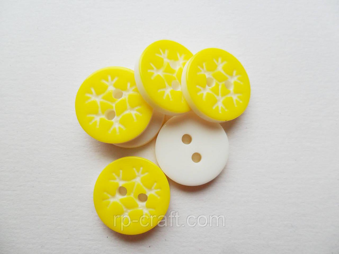 Пуговица пластиковая, декоративная. Снежинка на желтом фоне