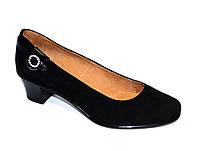 Женские замшевые туфли на невысоком каблуке классического пошива.