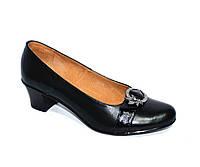 Женские кожаные туфли на невысоком каблуке декорированы брошкой. 38,40 размер