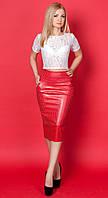 Женский костюм-двойка: кожаная юбка-карандаш красного цвета + гипюровая блуза.