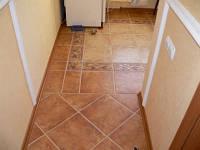 Укладка керамической плитки на пол в коридоре