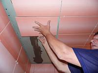 Облицовка плиткой потолка в ванной