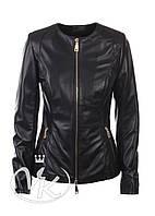 Черная кожаная куртка с вырезом