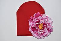 Шапочка красная с цветком пиона