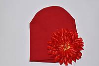 Шапочка красная с хризантемой