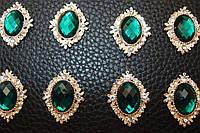 Стразовый декор зелёный под галстук