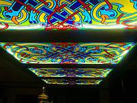 Стеклянные потолки с рисованным витражем, подсветкой.