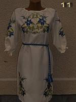 Вышитое лилиями женское платье