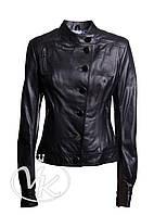 Черная кожаная куртка с пуговицами наискосок