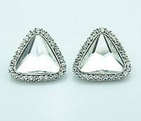 Сережки с прозрачным треугольным камнем в миниатюрных стразах