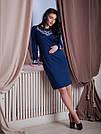 Женское трикотажное платье с вышивкой синего цвета