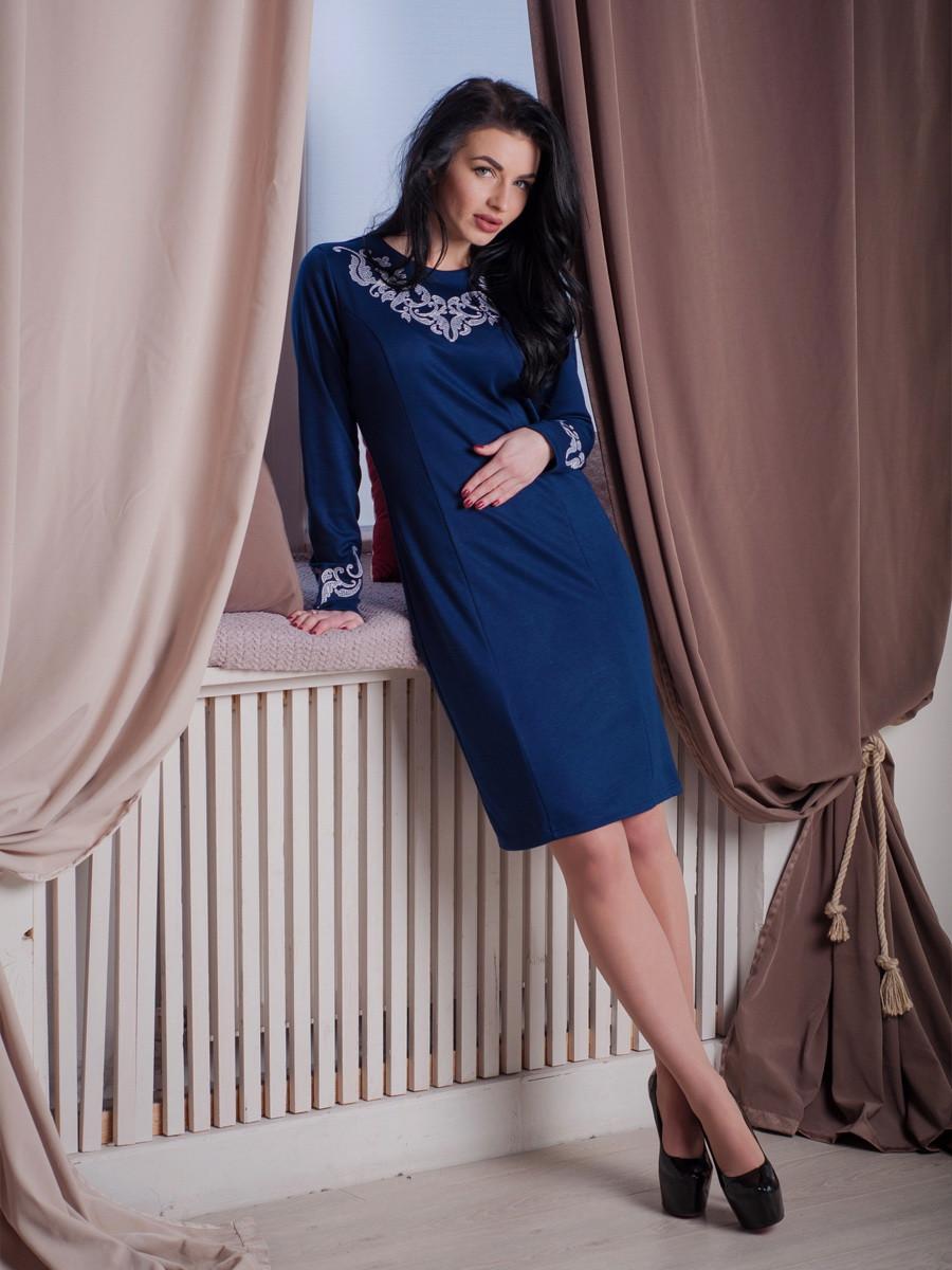 Женское трикотажное платье с вышивкой синего цвета.