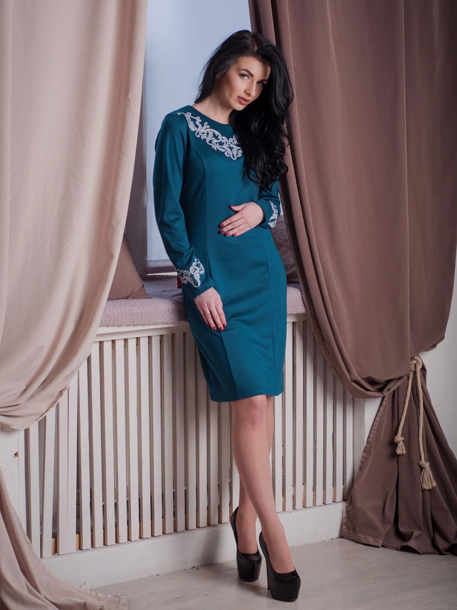 Нарядное женское платье с вышивкой.