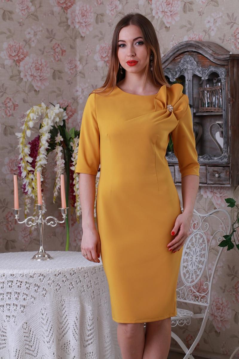 Стильное облегающее платье прямого силуэта с оригинальным декоративным  элементом и золотистой брошью. - Exclusive в 5c52b13b6de