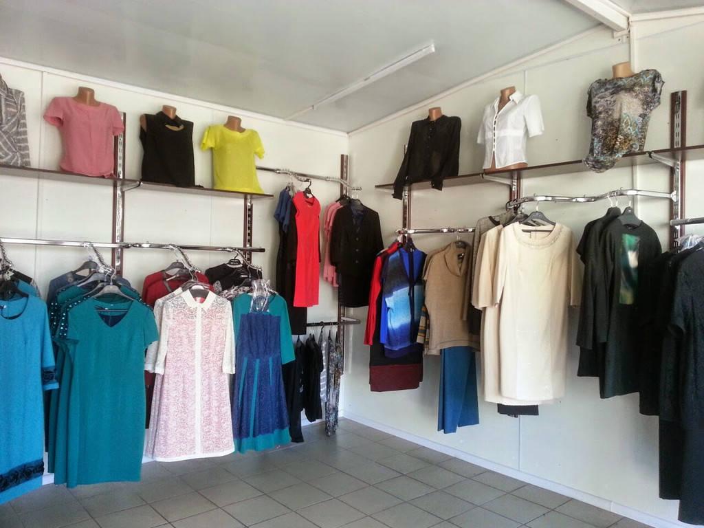 Магазин женской одежды. Стойки для одежды.