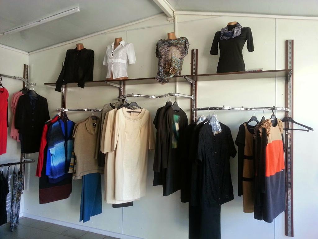 На этом фото показано, как правильно установить настенное оборудование для одежды плюс торсы манекены на верхних полках.