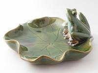 Блюдо из керамики Лягушка на листе