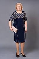 Батальное платье с ярким принтом