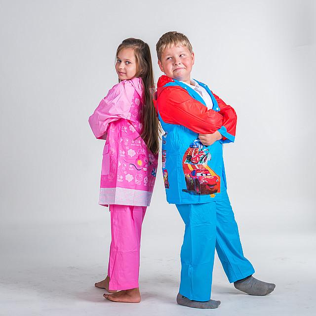 Детские костюмы от дождя с яркими картинками