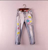 Яркие джинсы с аппликацией