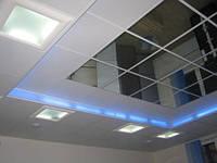 Отделка потолка зеркальными панелями 600х600