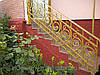 Кованые перила являются своеобразным художественным элементом внутри дома