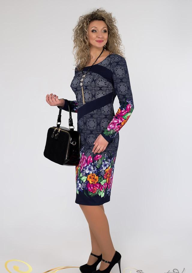 16a847e26c75479 Легкое темно-синее платье с длинным рукавом украшено цветочным принтом.  Весенний рисунок внизу и на рукавах украшает платье, делая Ваш образ ярким  и ...