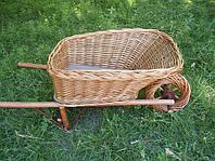 Декоративный цветочник-тележка, плетенный из лозы.