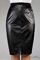 Кожаная черная деловая юбка с разрезом впереди.
