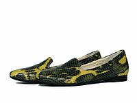 Кожаные туфли лоферы с желтым змеиным принтом