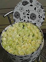 Розы белые  в шляпной коробке(белый тортик из роз)