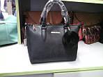 Женская черная сумка с меховым брелком, фото 6